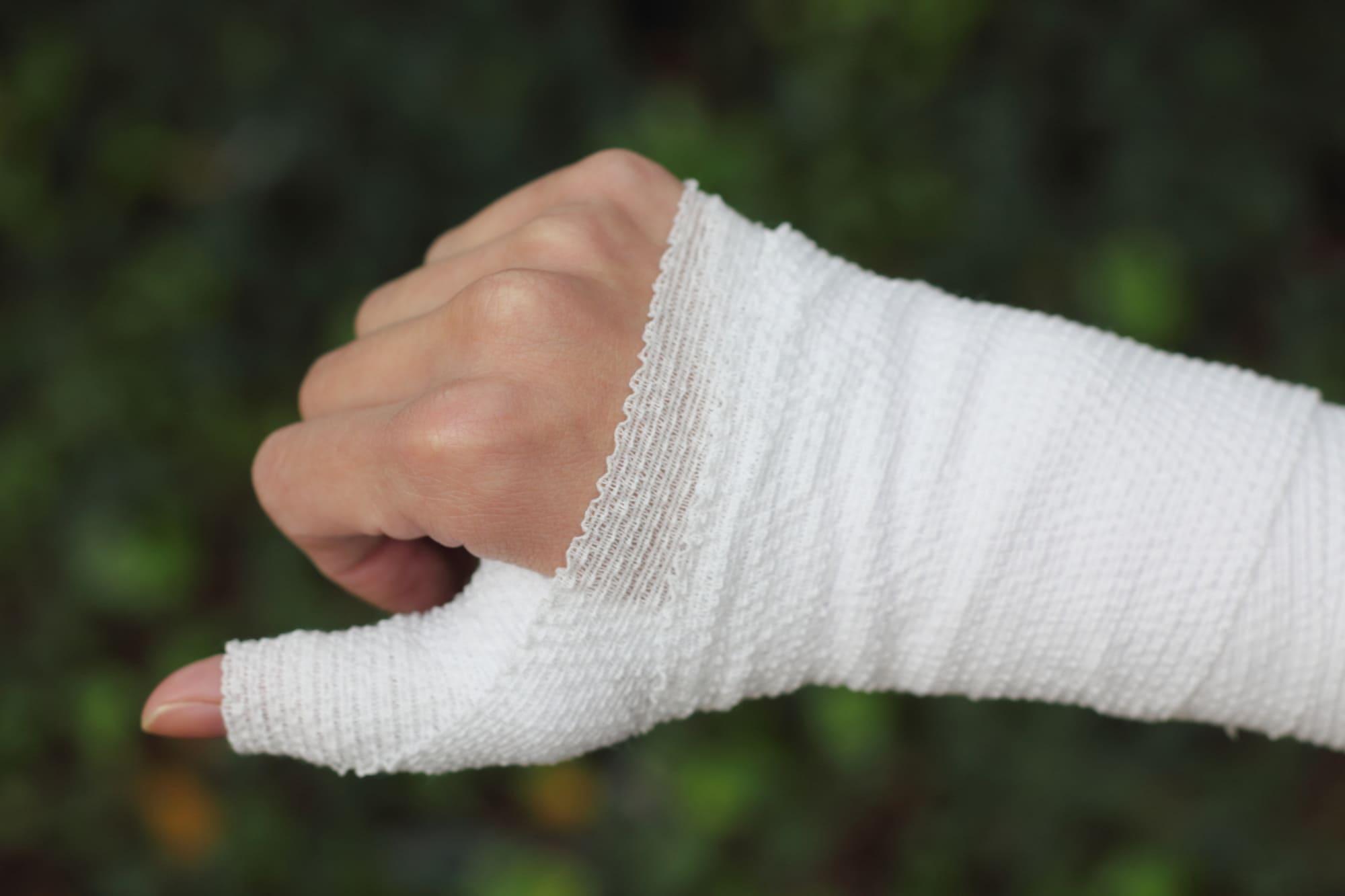 右手親指骨折のため包帯を巻く写真